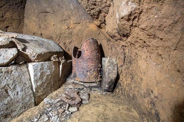 Coraza conocida como «tanko» y conservada en excelentes condiciones, y un ataúd de piedra, a la izquierda, han sido desenterrados en Shibushi, prefectura de Kagoshima
