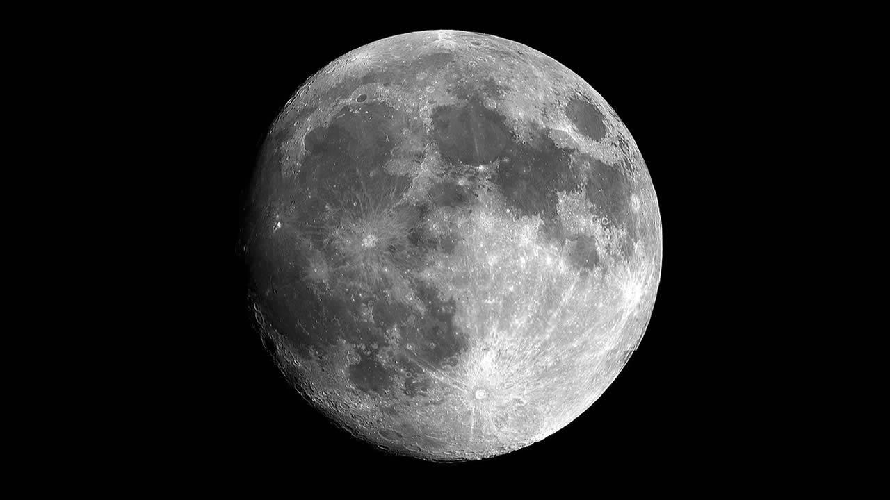 Científicos sugieren que la Luna posee agua en todas partes y en todo momento