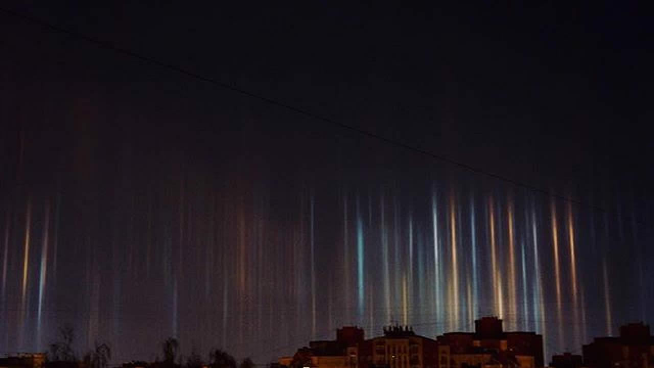 «Columnas luminosas» aparecen en el cielo de San Petersburgo, Rusia
