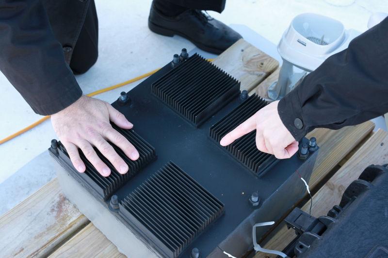 Primer plano del resonador térmico (caja negra)