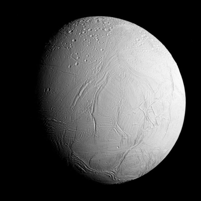 La luna helada de Saturno, Encelado, fotografiada por la nave espacial Cassini de la NASA