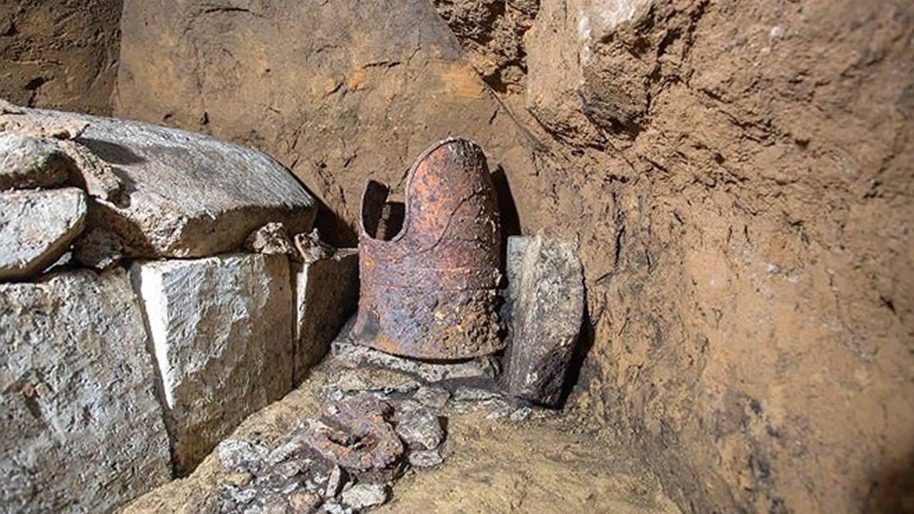 Hallan tumba de 1.500 años con restos humanos y armadura en perfecto estado