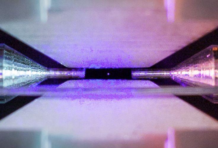 Un primer plano del átomo fotografiado por David Nadlinger