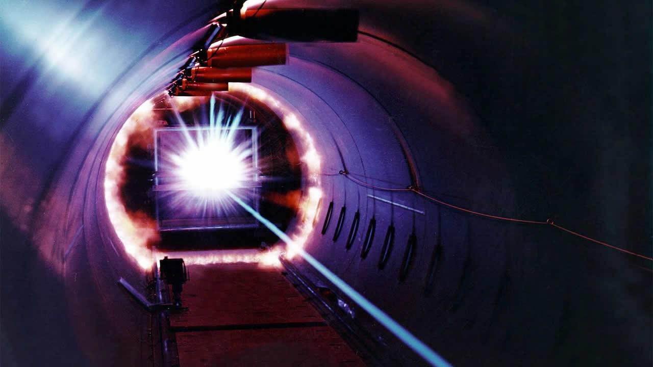 Láser ultra intenso detiene electrones que viajan a la velocidad de la luz imitando a los agujeros negros