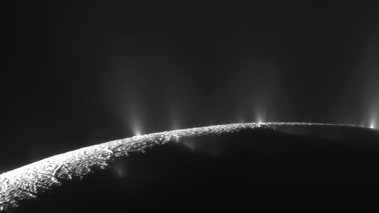 ¿Microbios alienígenas bombeando metano en Encélado?