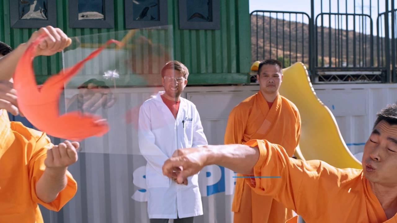 Mira a este Monje Shaolin perforar una lámina de vidrio solo con una aguja