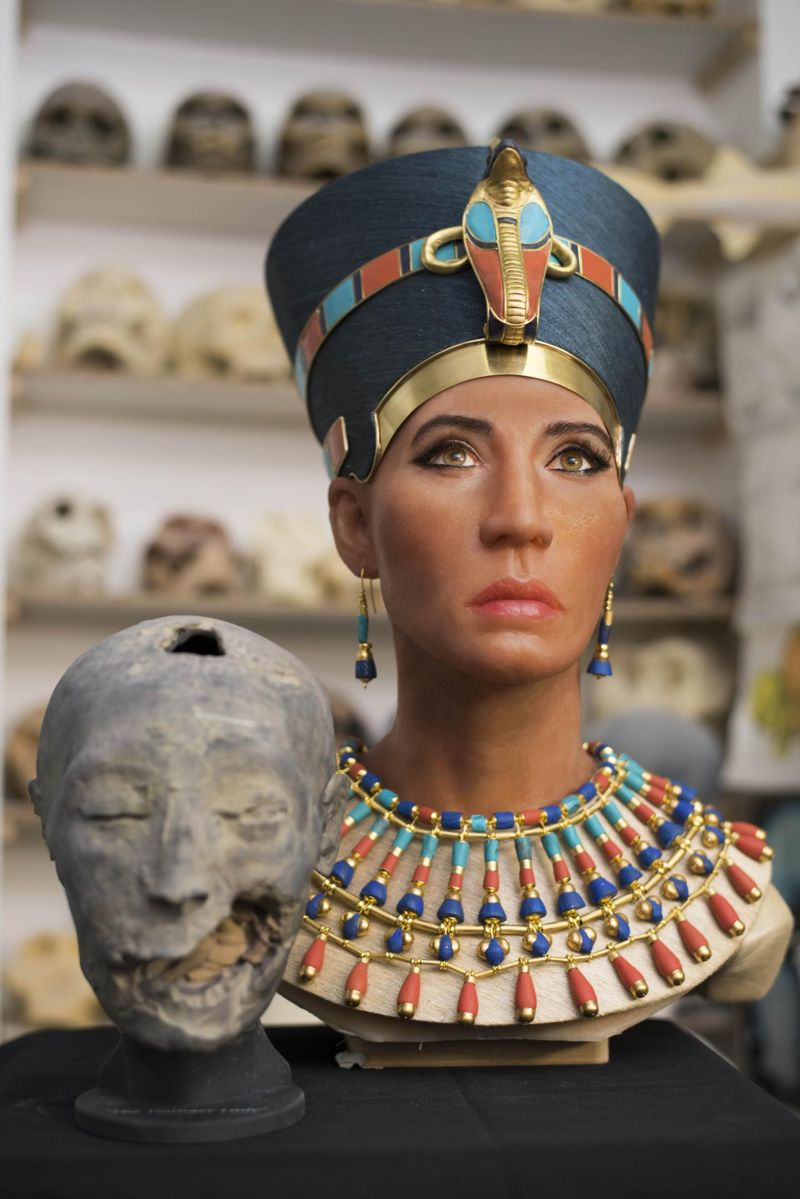En la imagen podemos ver la reconstrucción facial de la momia «Younger Lady» junto a una réplica tridimensional de su cabeza creada a partir del mapeo digital