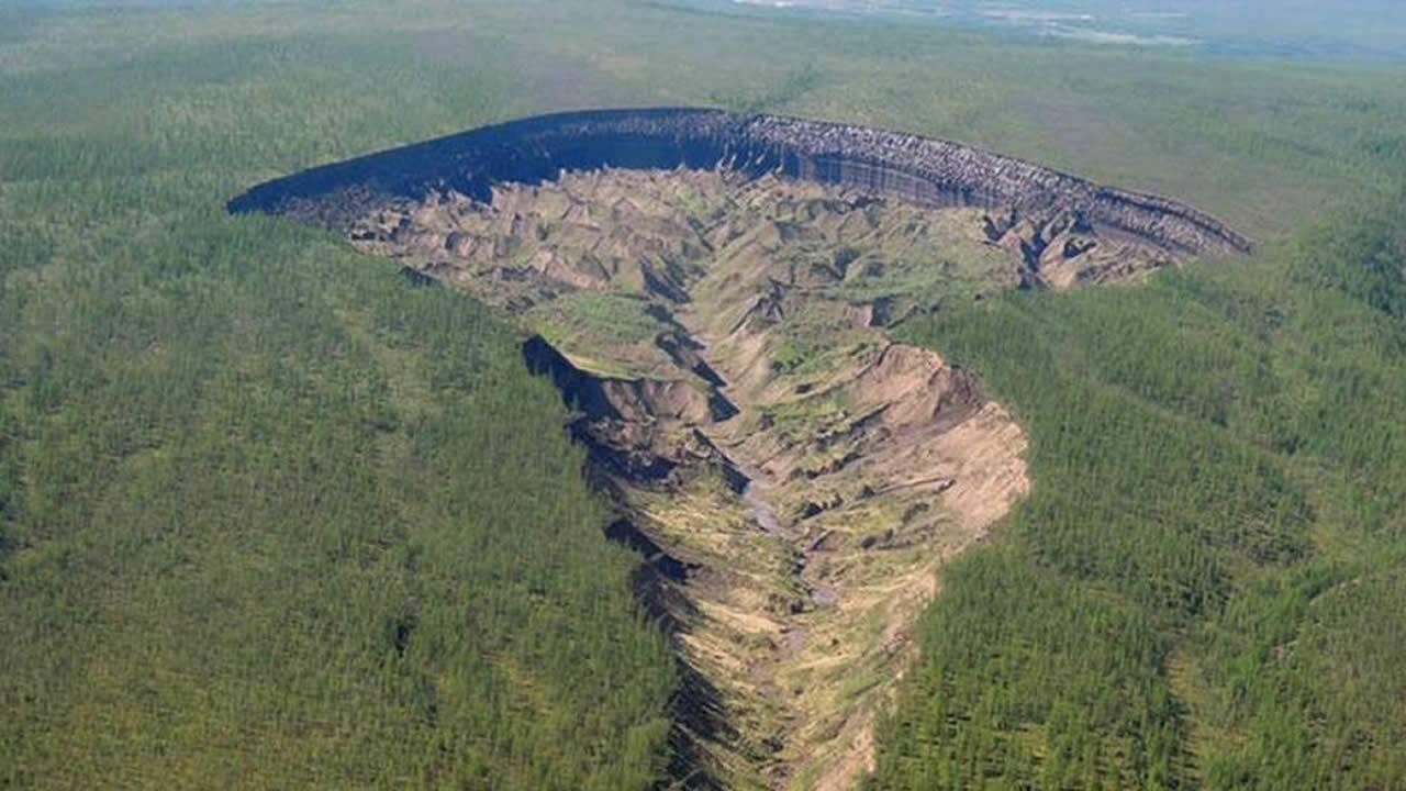 «Puerta al Inframundo» de Siberia deja al descubierto bosques antiguos