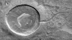 NASA captura fotografía de un cráter similar a un «renacuajo» en Marte