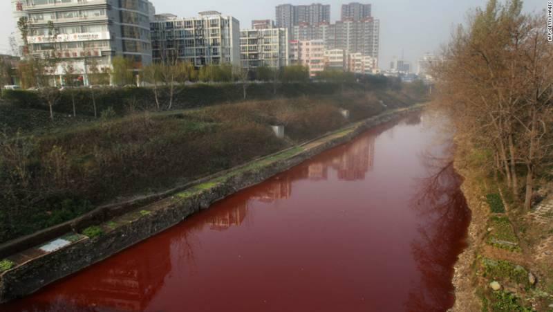 Los medios chinos locales comenzaron a recibir llamadas telefónicas de los ciudadanos el martes por la mañana diciendo que el agua del río Jian cerca de su vecindario se ha convertido en sangre durante la noche