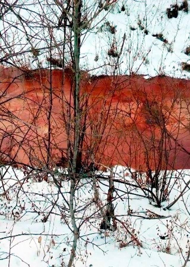 El río se volvió de color rojo sangre en solo una semana