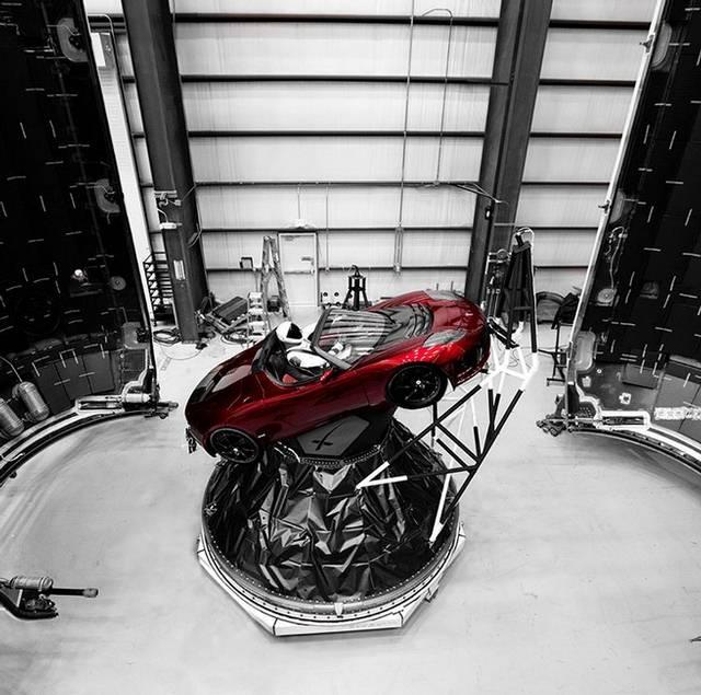 Este es el automóvil deportivo Tesla Roadster que Elon Musk lanzará como carga dentro del cohete Falcon Heavy