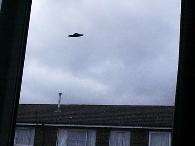 Scott C Waring ha afirmado que existen bases alienígenas en el Reino Unido luego de que esta fotografía OVNI de 20 años atrás fue hecha pública