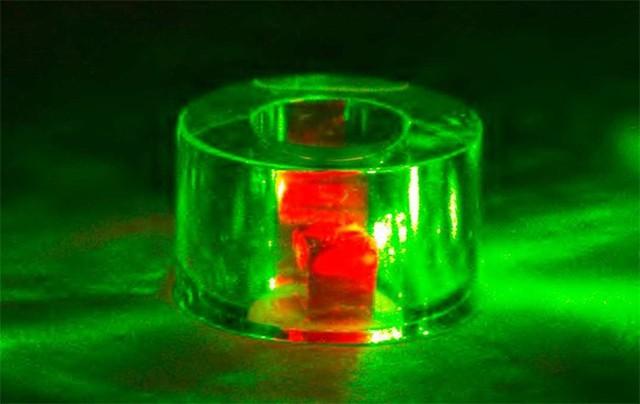 El máser fue iluminado con un láser verde