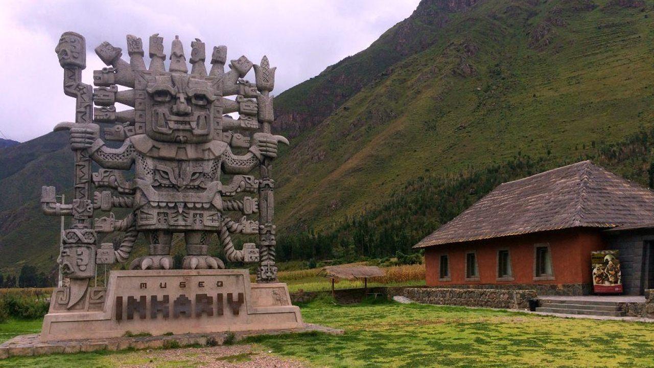 Monumento de 11 metros representando a Viracocha, presente en el Museo Inkariy, Cusco, Perú