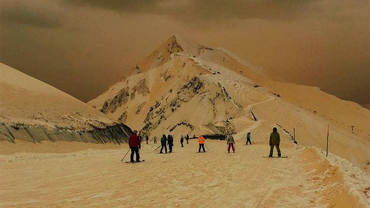 Nieve anaranjada convierte escenarios turísticos en espeluznantes destinos
