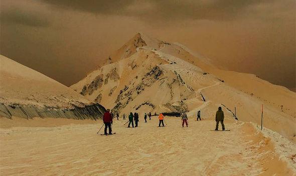 Diversos destinos turísticos, incluidas estaciones de esquí, han sido cubiertos por la nieve anaranjada