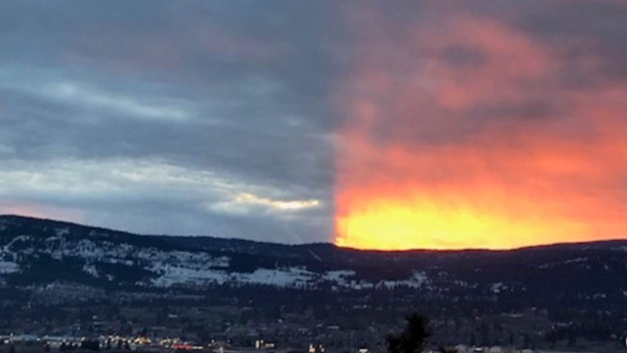 «Sunset split» Extraño fenómeno divide el cielo en dos en Canadá