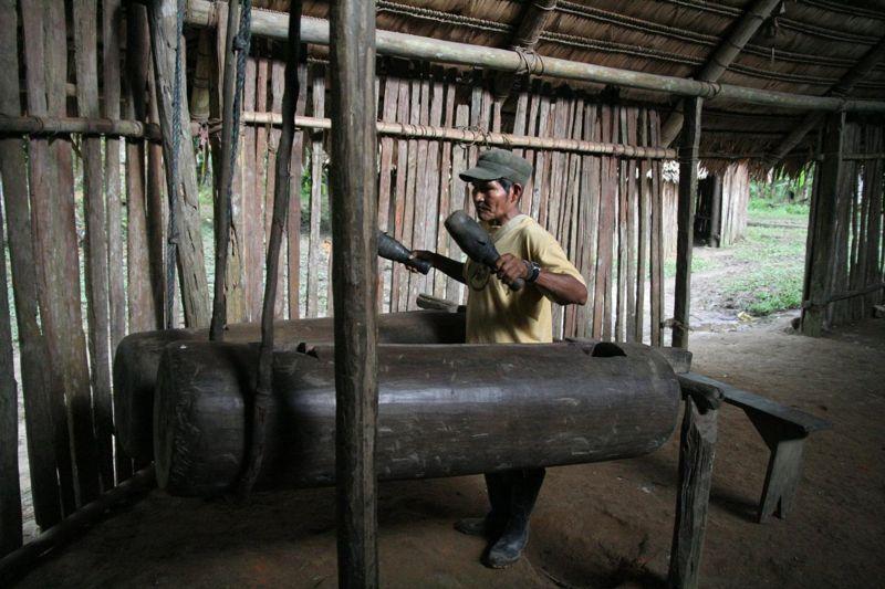 Un miembro de los Bora imitando el ritmo de su lenguaje utilizando tambores