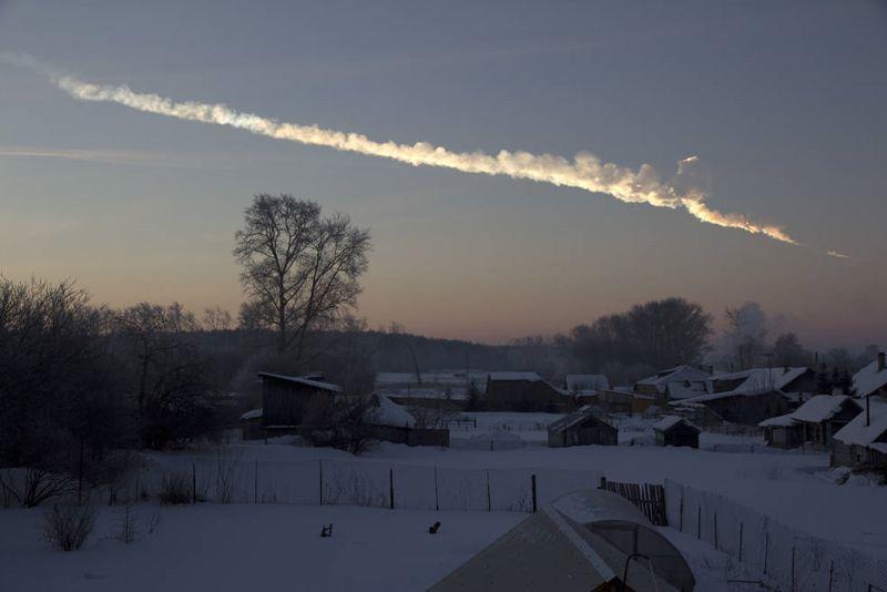 Esta imagen de un rastro de vapor fue capturada a unos 200 kilómetros del evento del meteoro de Chelyabinsk, aproximadamente un minuto después de que el asteroide del tamaño de una casa ingresara en la atmósfera de la Tierra