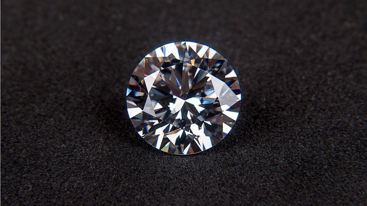 Científicos descubren cómo doblar y estirar diamantes