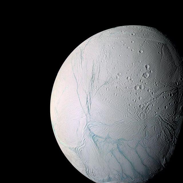 Fotografía de Encelado tomada por la sonda espacial Cassini