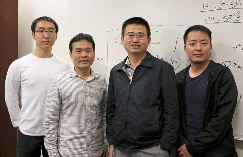 Equipo de investigación. De izquierda a derecha: estudiante de doctorado Junpeng Hou; Dr. Kuei Sun, profesor titular; El Dr. Chuanwei Zhang, profesor de física; y el Dr. Haiping Hu, un investigador asociado postdoctoral