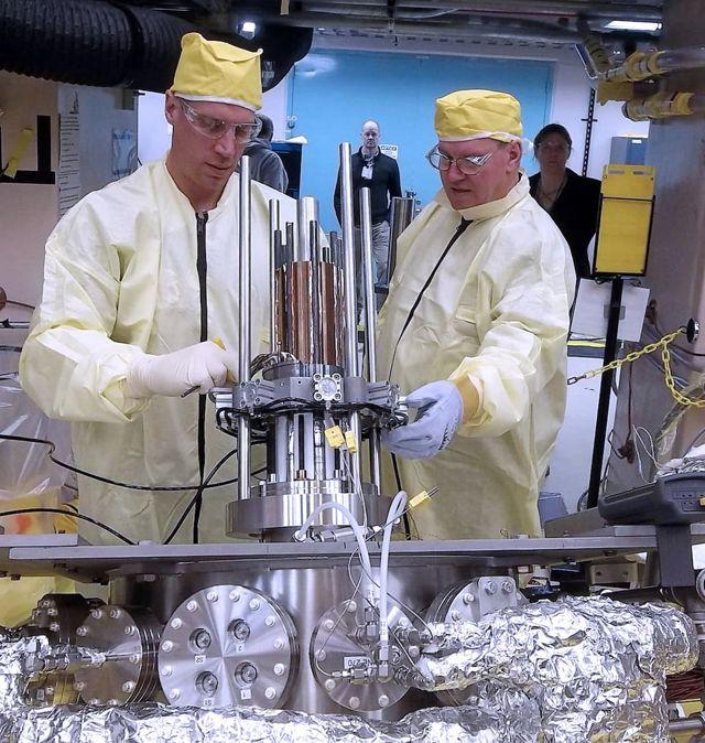 Marc Gibson, ingeniero principal de Kilopower, y Jim Sanzi, socios de Vantage, instalan hardware en la asamblea de Kilopower en el Nevada National Security Site en marzo de 2018