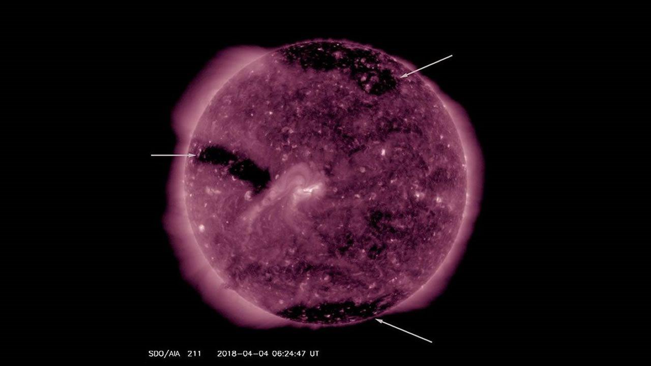 Se han abierto 3 agujeros en el Sol, y la tierra está siendo golpeada con tormentas geomagnéticas