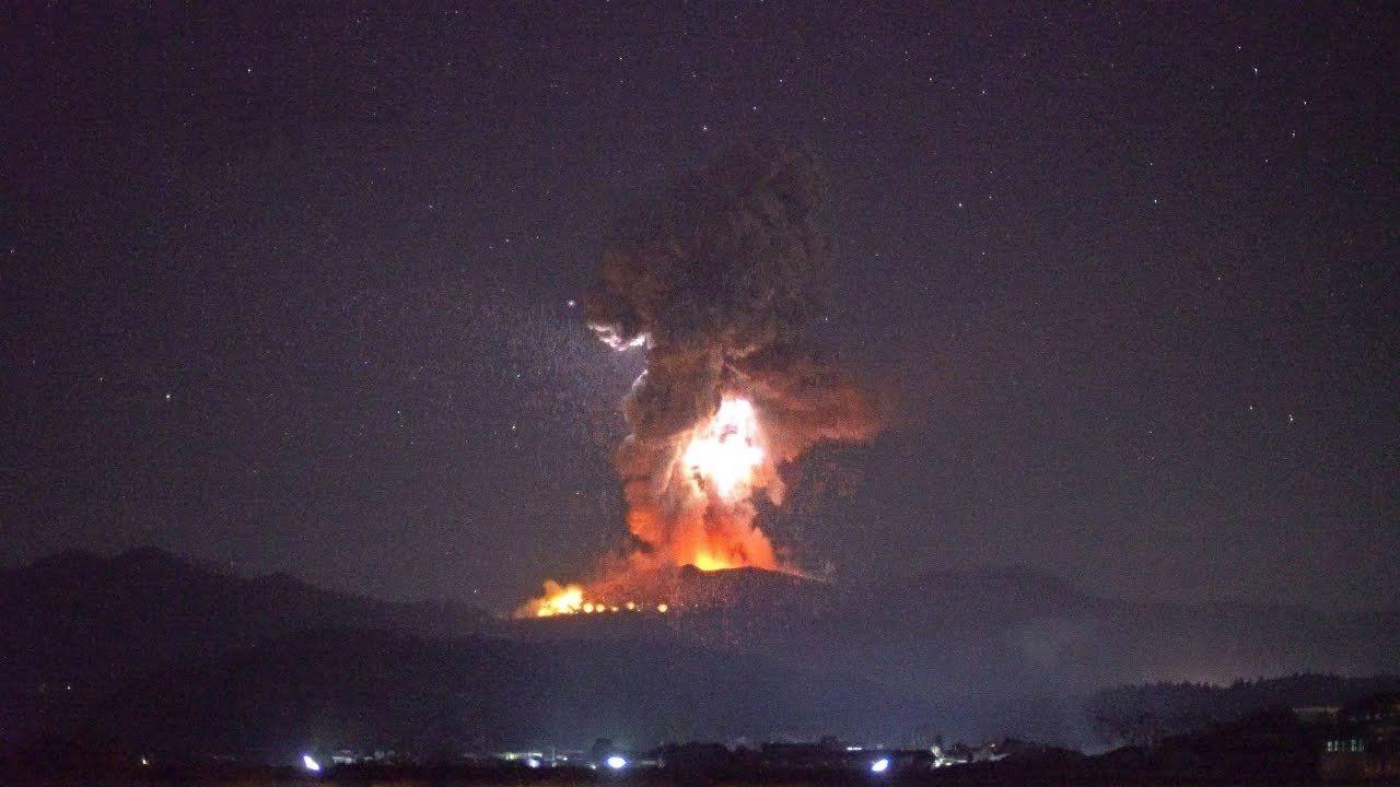 Volcán de Japón hace erupción con rocas calientes y rayos