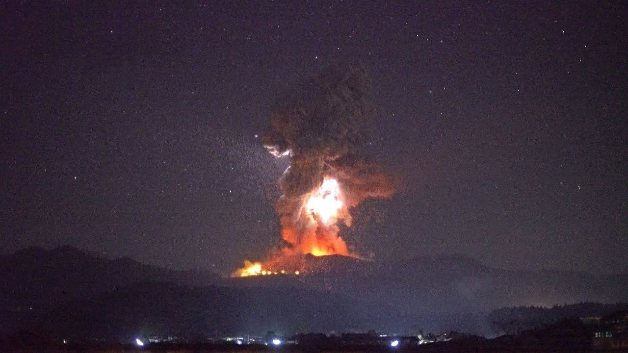 Volcán de Japón entra en erupción con rocas calientes, relámpagos