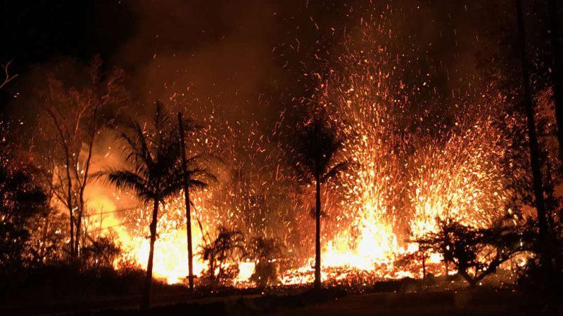 La lava sale de las grietas impredecibles que se abren en el suelo de Hawaii