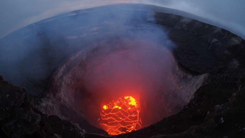 El lago de lava ha seguido cayendo, a medida que se abren más fisuras