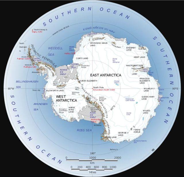 Una serie de cordilleras se dividen al este y al oeste en la Antártida