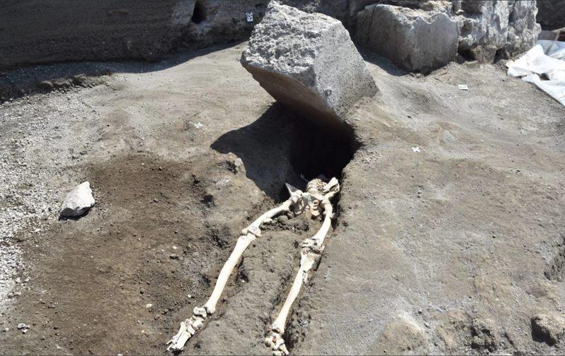 Arqueólogos excavaron el esqueleto de un hombre decapitado que se cree que huía de la catastrófica erupción del Monte Vesubio en el año 79 d.C.