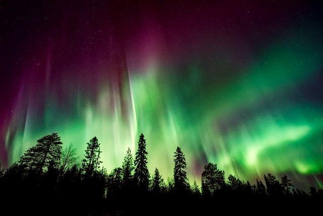 Las auroras son causadas por partículas cargadas del Sol que se deslizan a través del campo magnético protector de la Tierra