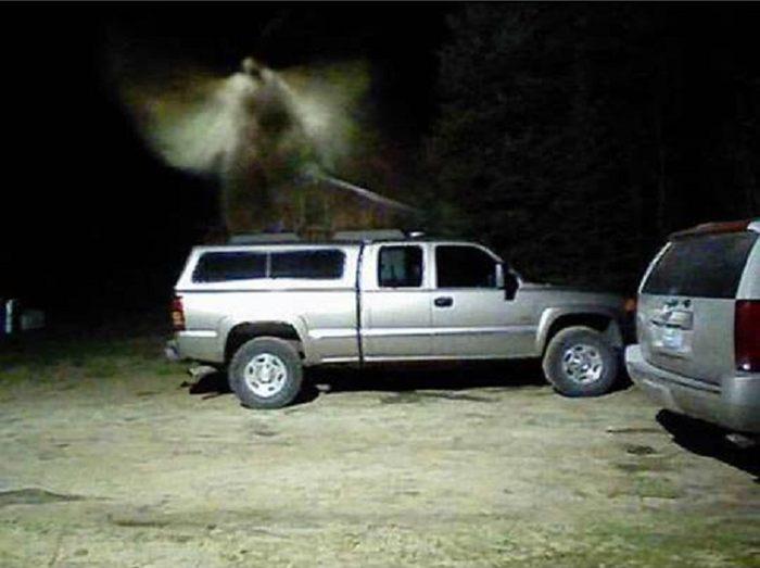 Según los residentes, esta figura supuestamente fotografiada mostraría a un ángel. Puede verse una cabeza, alas y hasta una espada