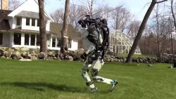 Es imposible no asustarse al ver lo que puede hacer este robot de Boston Dynamics