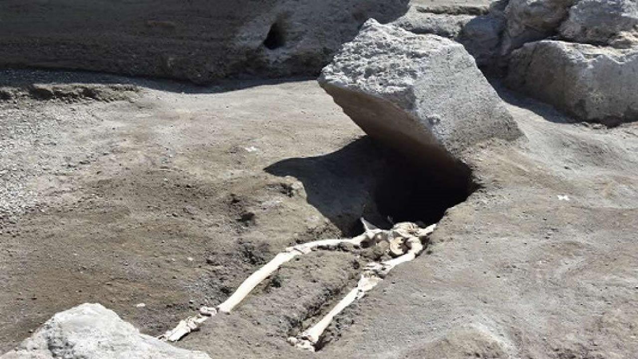 Hallan esqueleto de 2000 años de un hombre muy desafortunado, en Pompeya