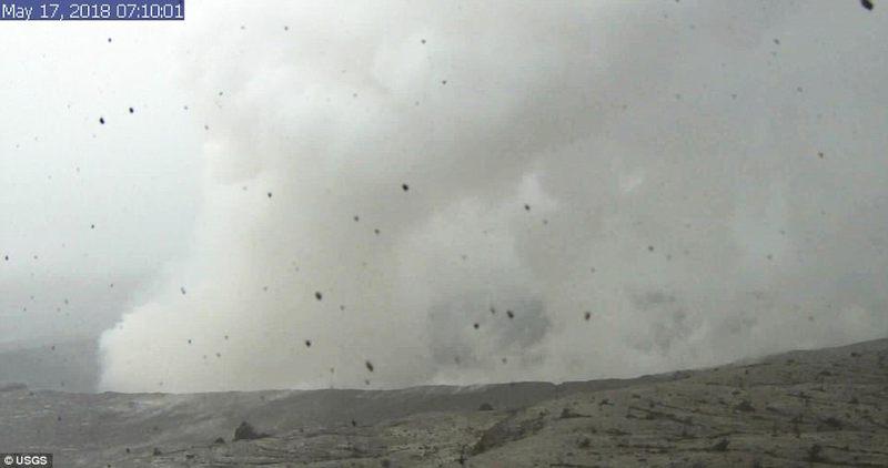 Esta imagen es de una cámara de investigación montada en la torre de observación en el Observatorio del Volcán de Hawaii y muestra la columna de humo que sale del cráter