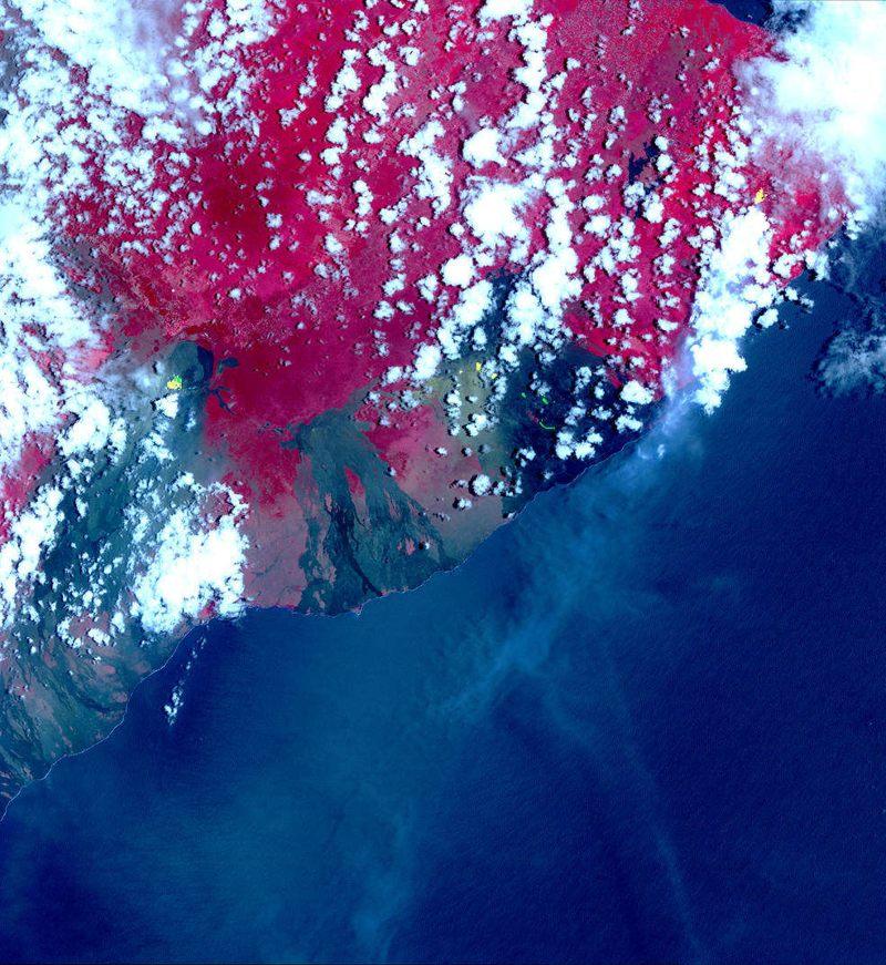 Fotografía satelital obtenida el 6 de mayo por ASTER. Muestra puntos de conexión en las bandas infrarrojas térmicas, que se muestran en amarillo. Estos puntos calientes son fisuras y flujos de lava recién formados