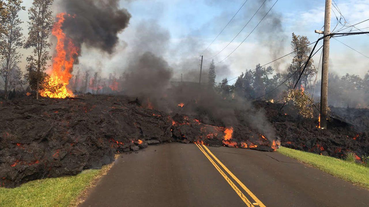 La lava corre por las calles de Hawaii y emerge de agujeros
