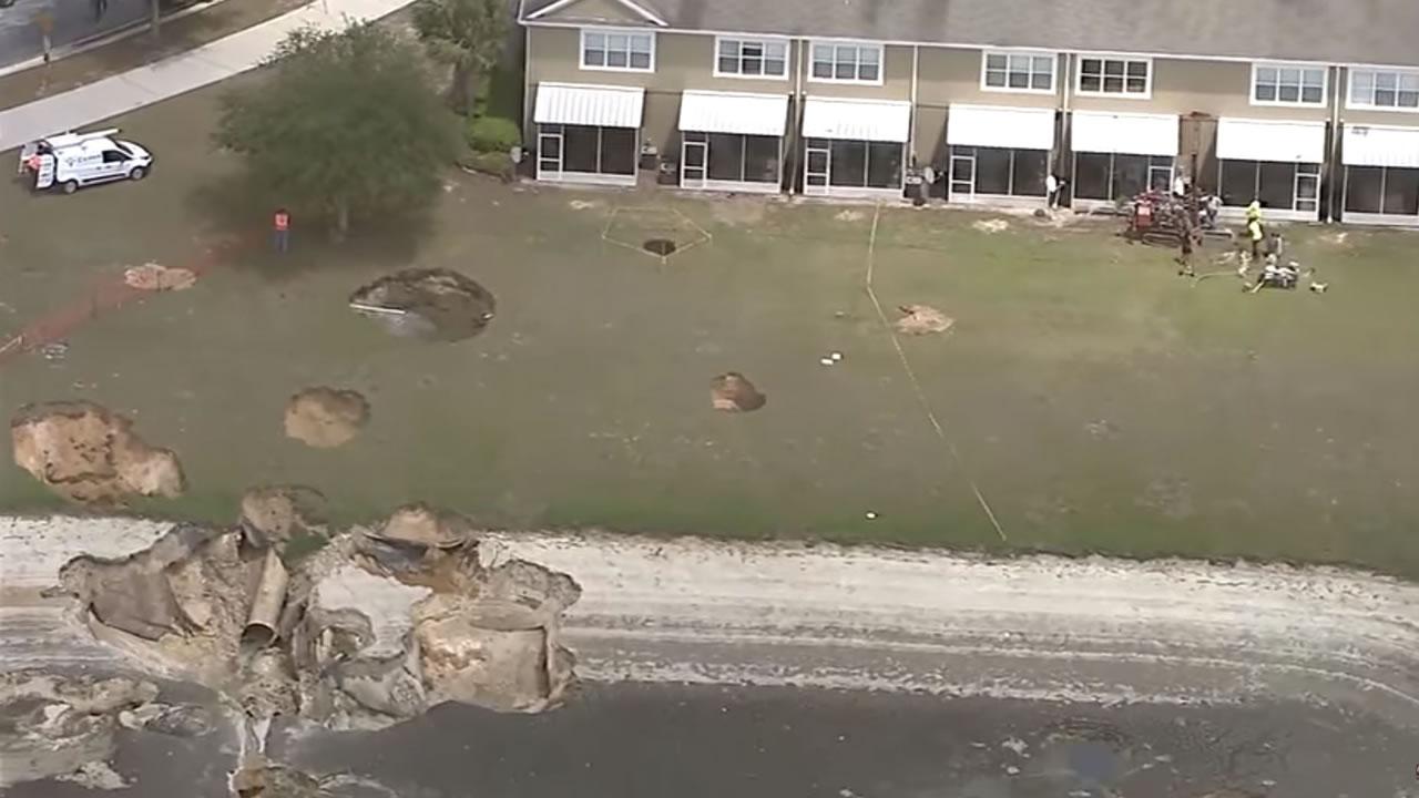 Más de una docena de agujeros aparecen en un barrio de Florida