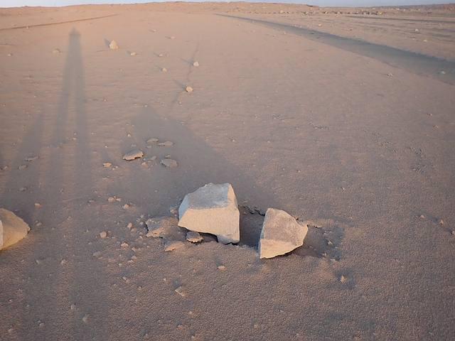 Una de las rocas arrojadas por el volcán sobre una capa de cenizas