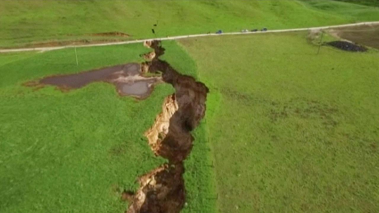 Una gigantesca grieta se abre en Nueva Zelanda y deja al descubierto algo inesperado