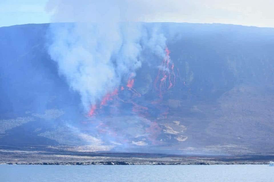 Volcán La Cumbre, en Islas Galápagos, entró en erupción este sábado