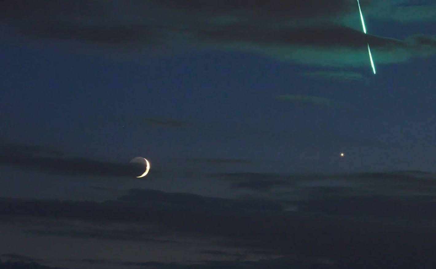 Mientras fotografiaba la conjunción de la luna en Venus el 16 de junio de 2018, el astrofotógrafo Uwe Reichert capturó este meteoro de bola de fuego de color verde mientras caía del espacio y explotaba en la atmósfera de la Tierra sobre Bélgica.