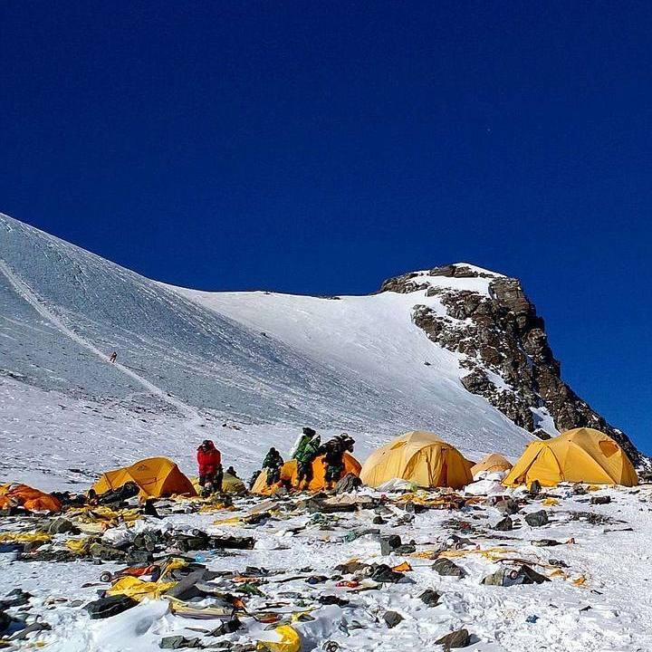 Esta imagen es lamentable. Muchos desechos son dejados por los expedicionarios en su intento por escalar el Monte Everest.