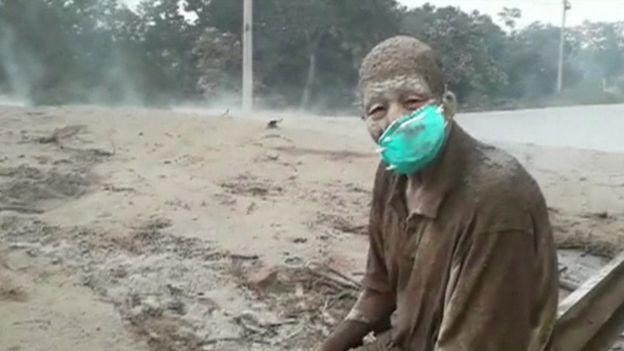 Una de las víctimas de la erupción. Don Concepción descansa, totalmente cubierto de ceniza, al lado de un lago de lava en el que yacen muertas muchas personas. Esto ocurrió en el municipio de Esquintla.