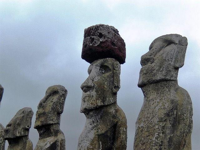 Pukao o sombrero en algunos de los moais de la Isla de Pascua. El misterio yace en cómo hicieron para colocar estas rocas de varias toneladas a una altura de 4 metros.